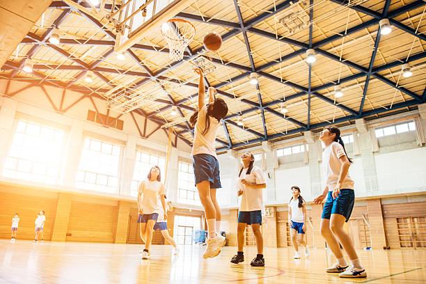 女子バスケットボールチームのプレー、日本の高校生 ストックフォト