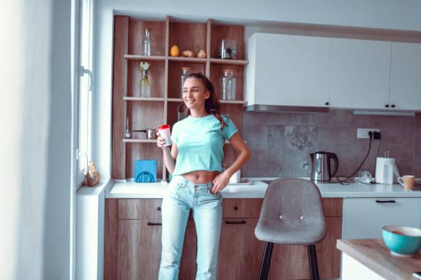 weibliche beauty glücklich mit takeaway kaffee - telefonschrank stock-fotos und bilder