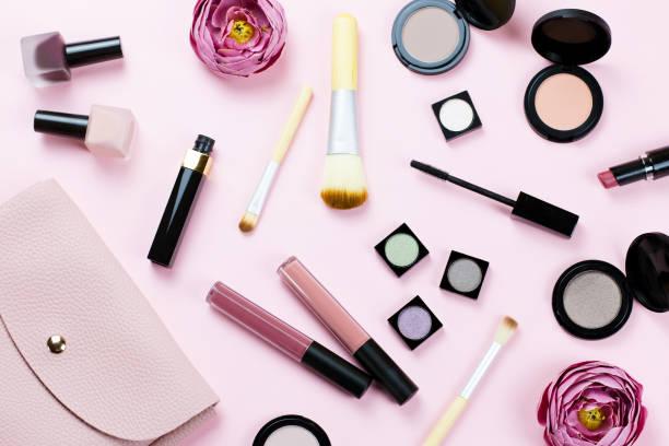 女性美容專案的粉彩背景。粉紅色的錢包, 彌補產品, 花卉。 - 美容品 個照片及圖片檔