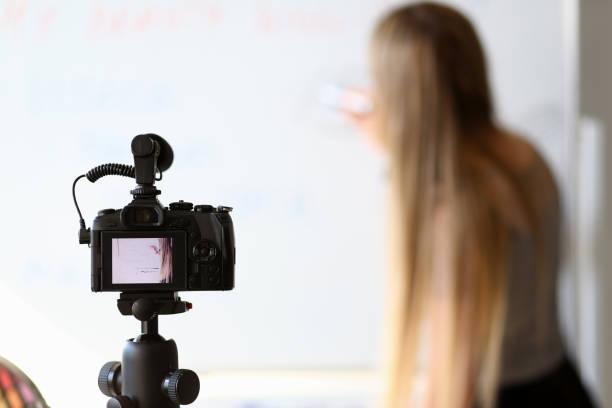 weibliche blogger aufnahme online schönheit tutorial - natürliche make up kurse stock-fotos und bilder