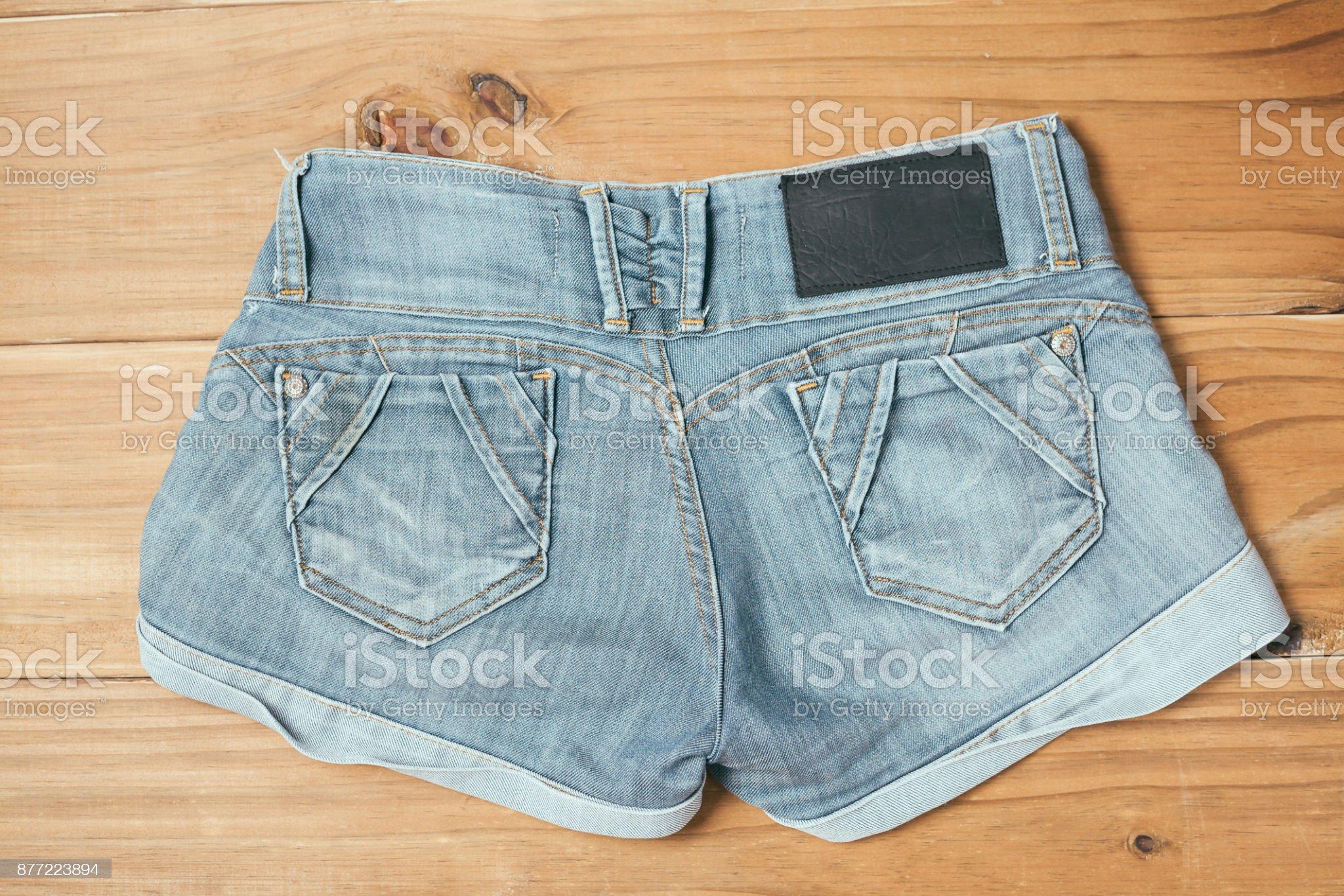 Imagen De Pantalones Cortos De Mujer Jeans Rotos Azul Sobre Fondo De Madera Vieja Fotografia De Stock