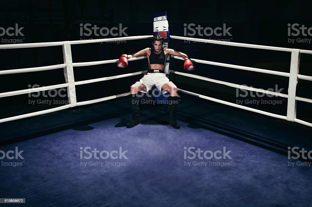 Donna pugile di un anello per la boxe - foto stock