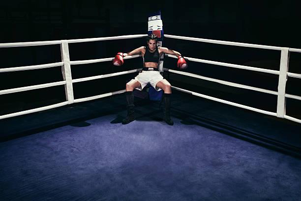 Hembra boxeador en anillo de boxeo - foto de stock