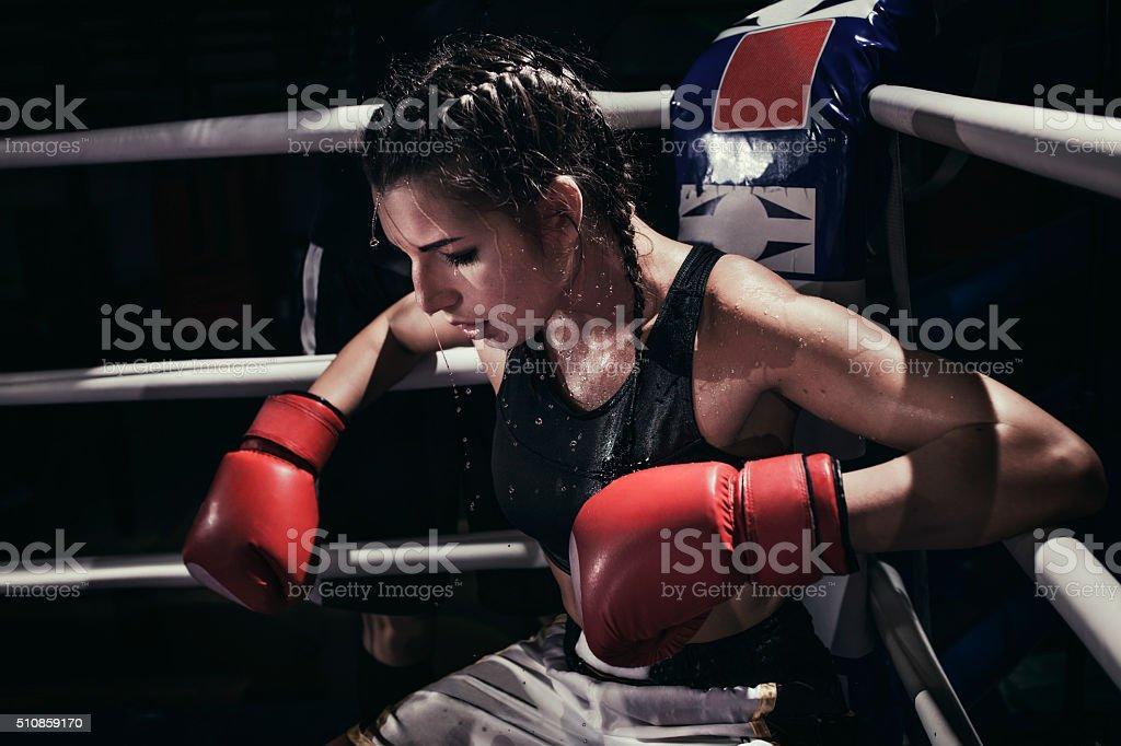 Frau Boxer im Boxring – Foto