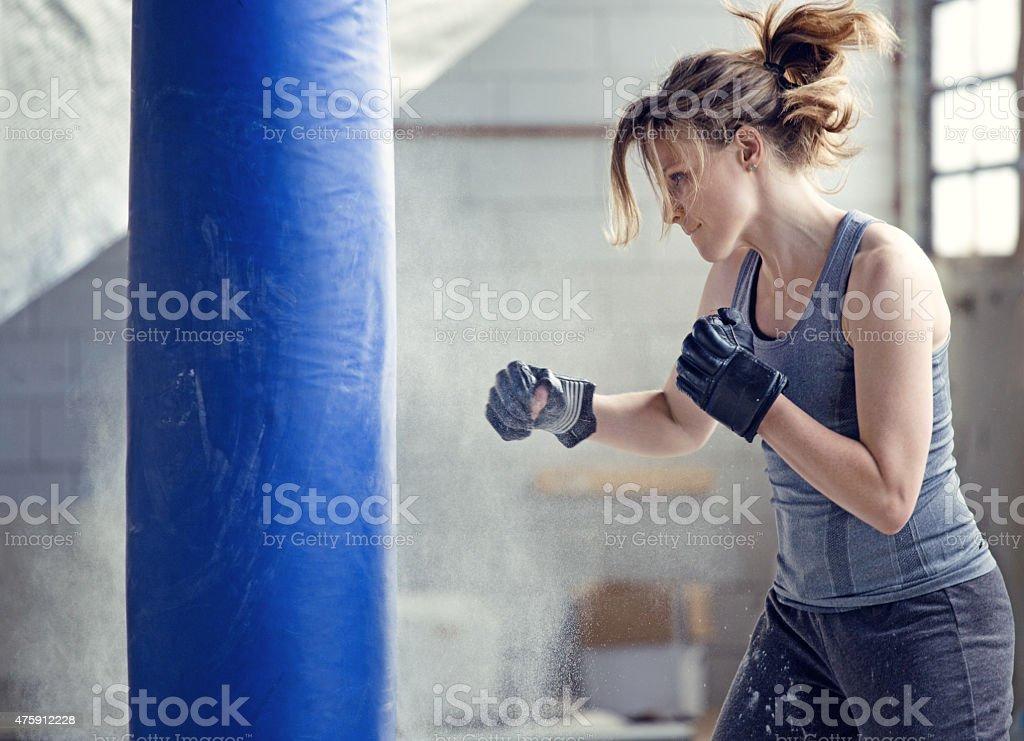 Femme boxer dans un entrepôt abandonné - Photo