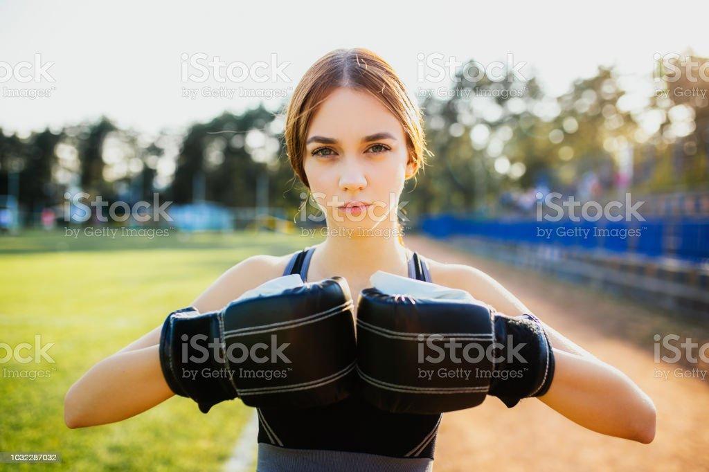 Ar livre praticante de boxe feminino boxer - foto de acervo