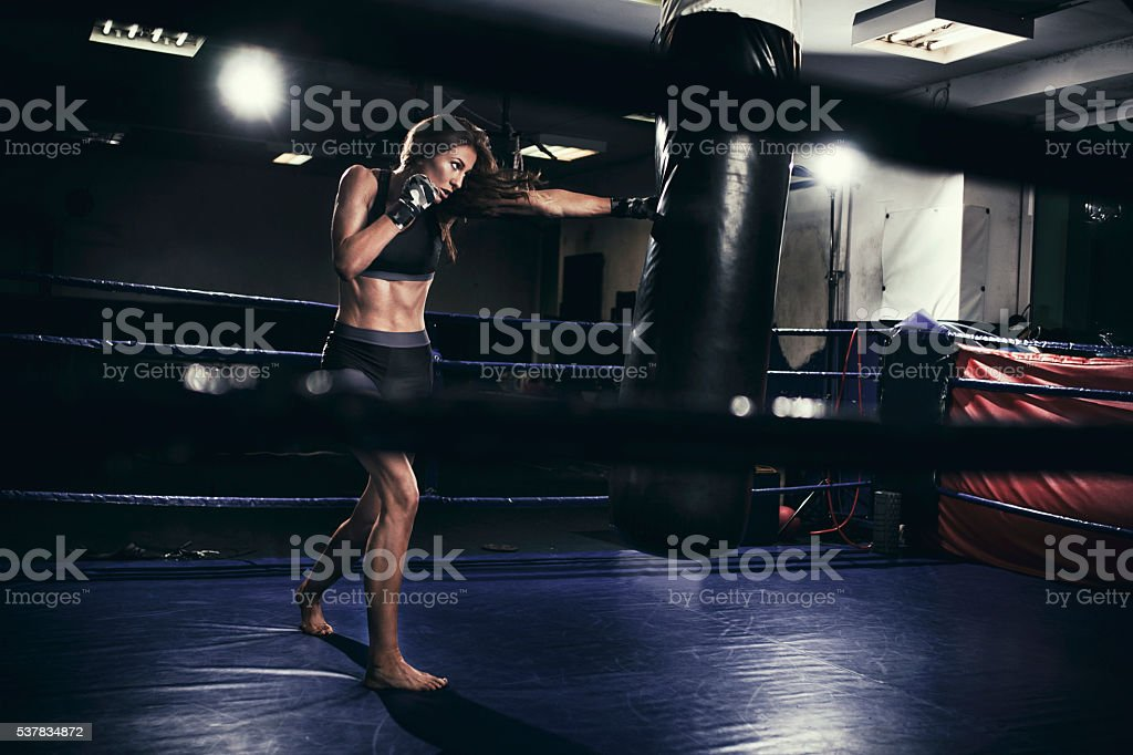 Frau Boxer Ausbildung mit Boxsack – Foto
