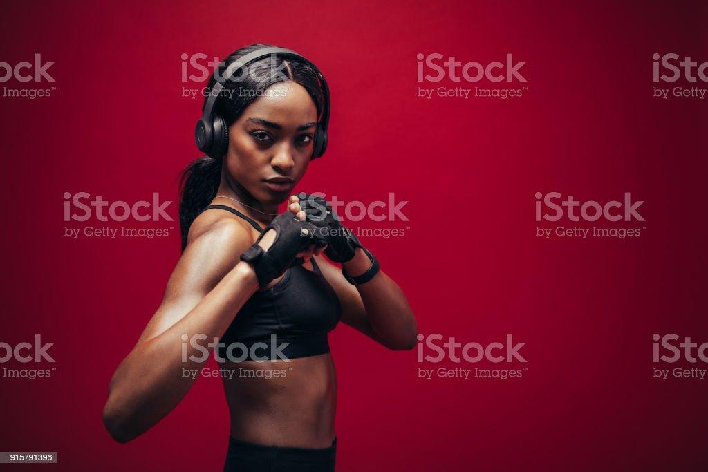 Boxeadora con la luchando postura - foto de stock