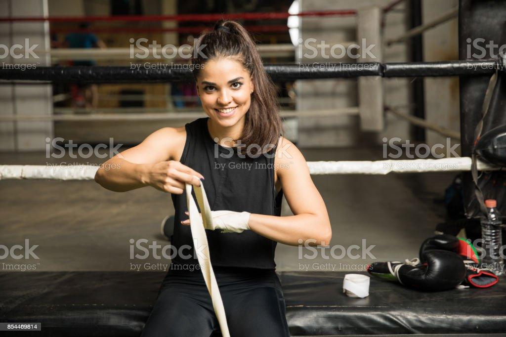 Boxer fêmea envolvendo as mãos dela - foto de acervo