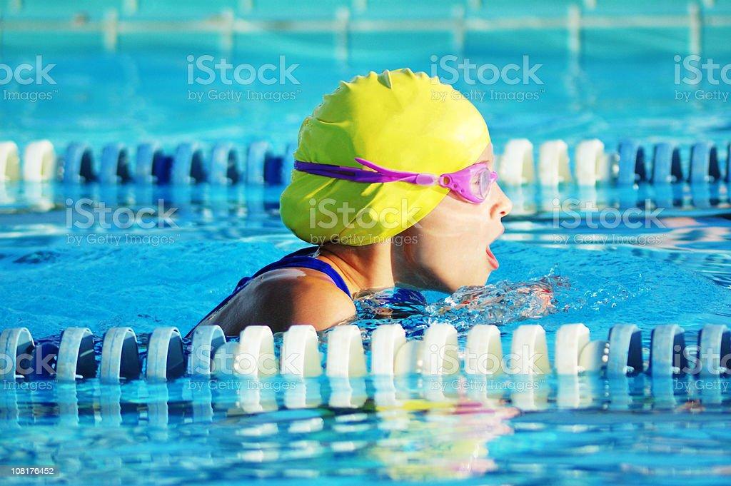 Weibliche Brustschwimmen attraktive sportliche Schwimmer Racing im Pool – Foto