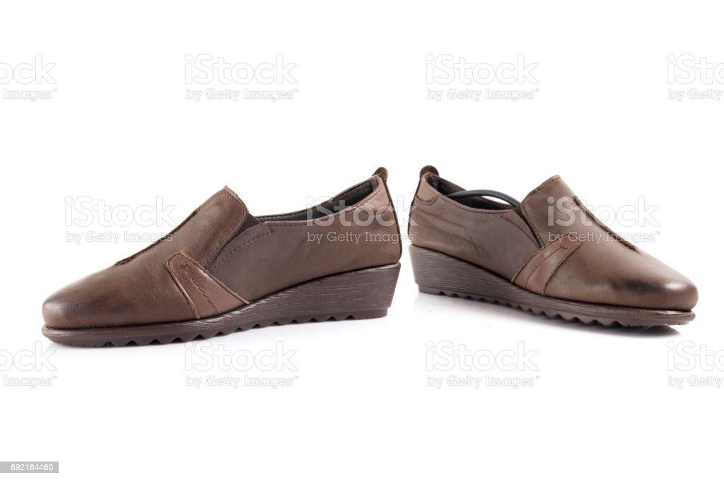 4df2e639f0 Sapato feminino couro marrom no fundo branco, produto isolado, calçado  confortável. foto de