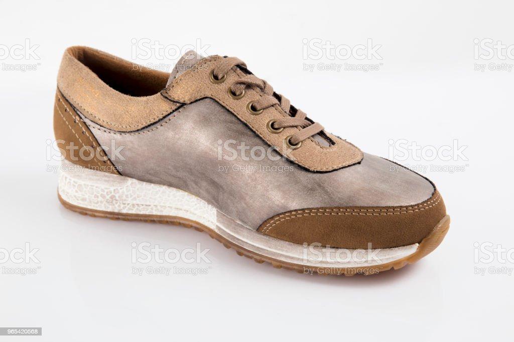 女式棕色皮革運動鞋在白色背景, 隔絕的產品, 舒適的鞋子。 - 免版稅一對圖庫照片