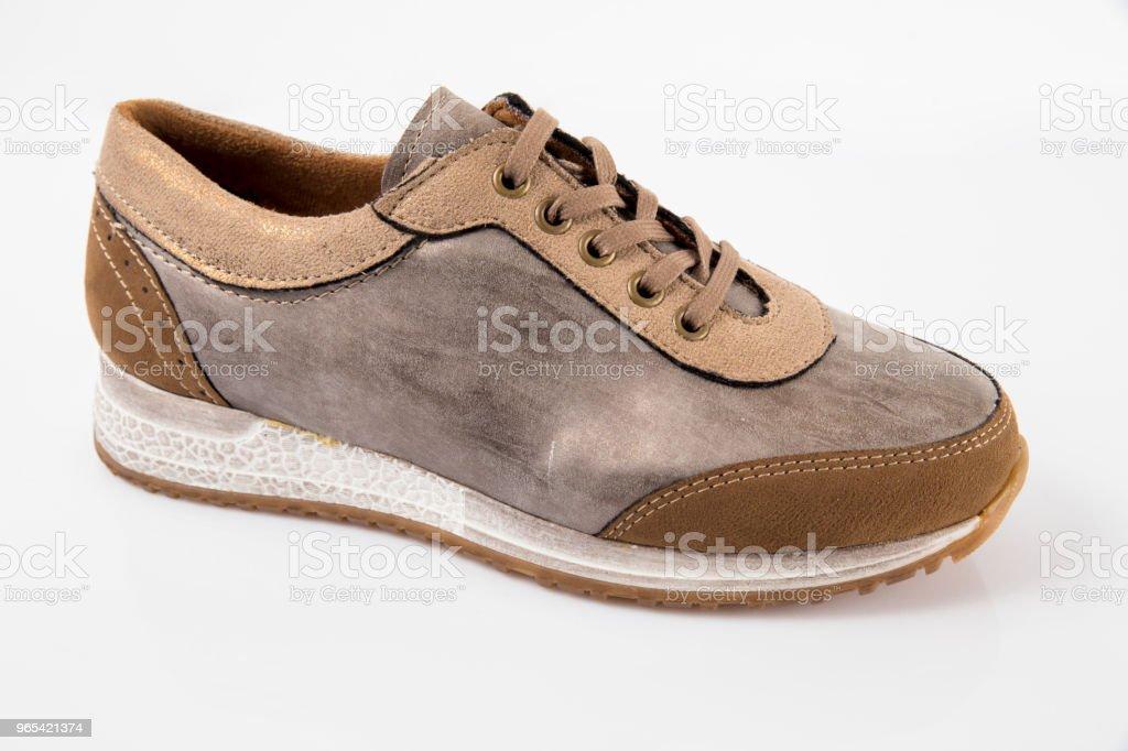 Baskets femme cuir marron sur fond blanc, produit isolé, des chaussures confortables. - Photo de A la mode libre de droits