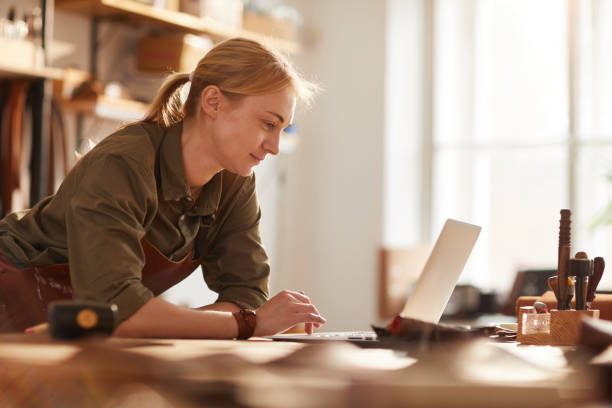 여성 비즈니스 오너 - 작은 뉴스 사진 이미지