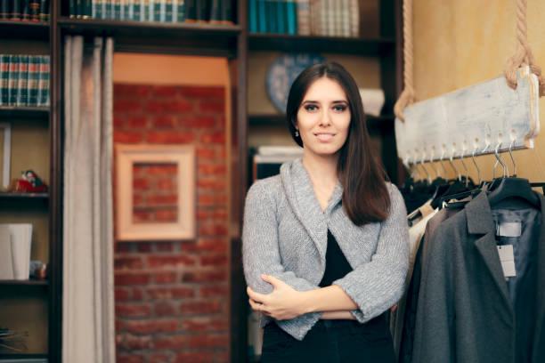 Weibliche Geschäftsinhaberin steht im Bekleidungsgeschäft – Foto