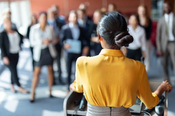 Weibliche Wirtschaftsmoderatorin – Foto