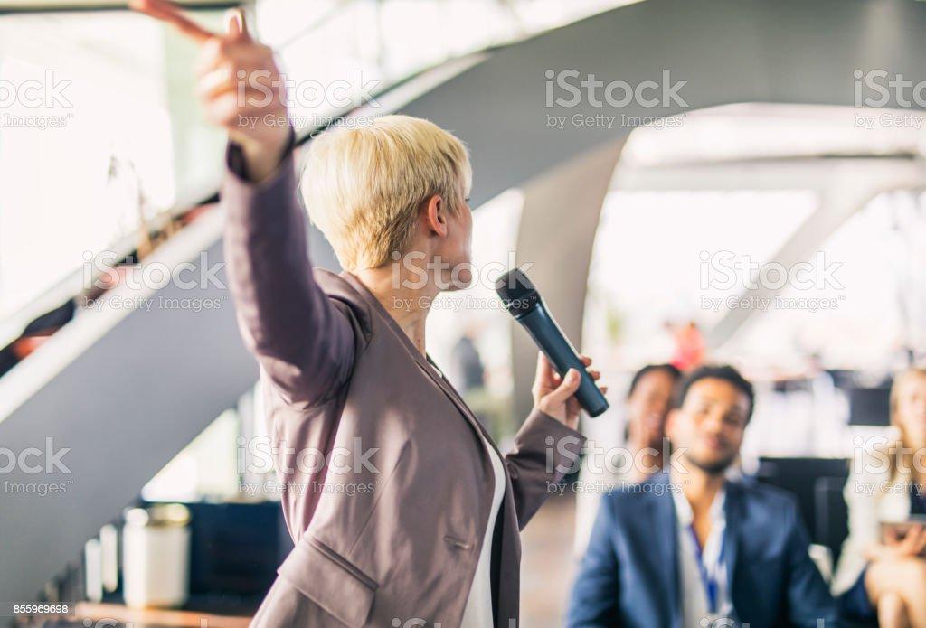 Presentador de negocios mujer - foto de stock