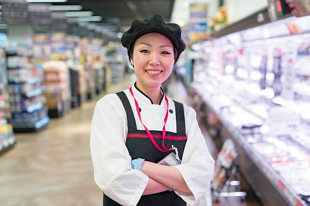 雌ブッチャーのスーパーマーケット肉部門 - スーパーマーケット 日本 ストックフォトと画像