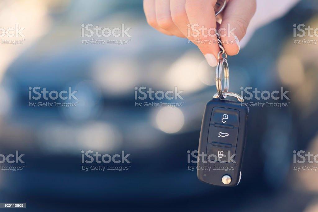 Weibliche Auto Verkäufer Übergabe der neuen Autoschlüssel. – Foto