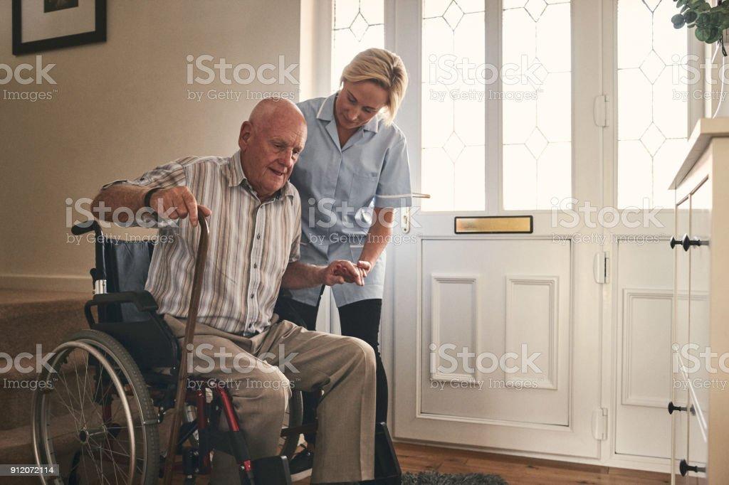 Weibliche Betreuer helfen deaktiviert senior Mann zu Fuß – Foto