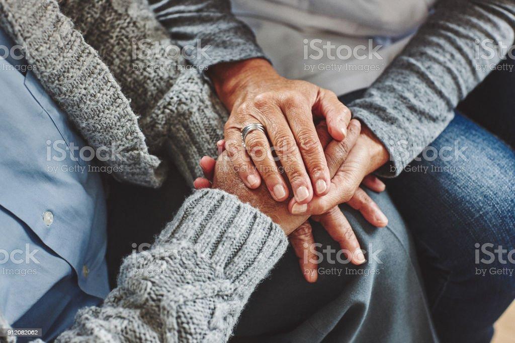 Weibliche Pflegeperson Hand in Hand des älteren Menschen – Foto