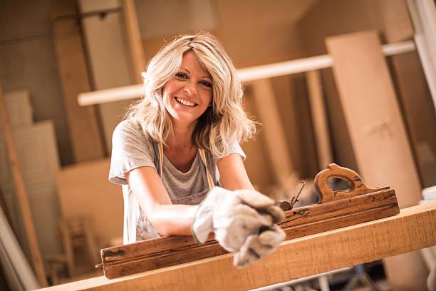 Weibliche Carpeentere bei der Arbeit – Foto
