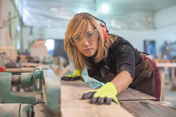 female 카펜터 사용하여 전기 전기사포 - 제조 공장 뉴스 사진 이미지