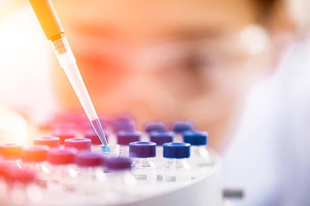 kobieta chemik w pracy w laboratorium.   - laboratorium zdjęcia i obrazy z banku zdjęć
