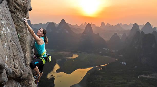 Weibliche Kletterer auf chinesischen Hintergrund – Foto