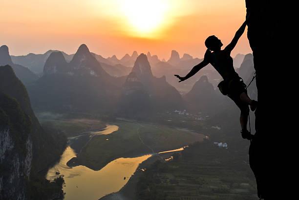 Weibliche Kletterer silhouette gegen den Sonnenuntergang – Foto