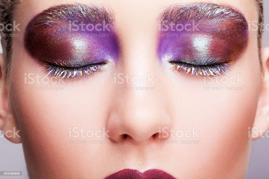 Weibliche geschlossene Auge mit Abend violette Augen Schatten, weiße Wimpern und lila Lippen Make-up – Foto