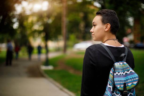 femme étudiante sur le campus de l'université - fille dos photos et images de collection