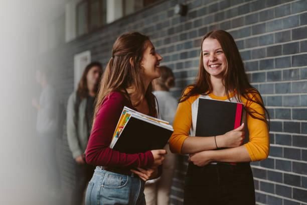 estudiantes de colegio femenino después de la conferencia - escuela secundaria fotografías e imágenes de stock