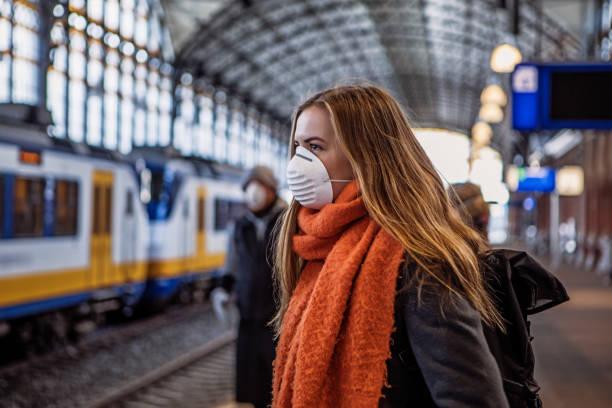 Pendlerinnen nutzen während des Virusausbruchs öffentliche Verkehrsmittel – Foto