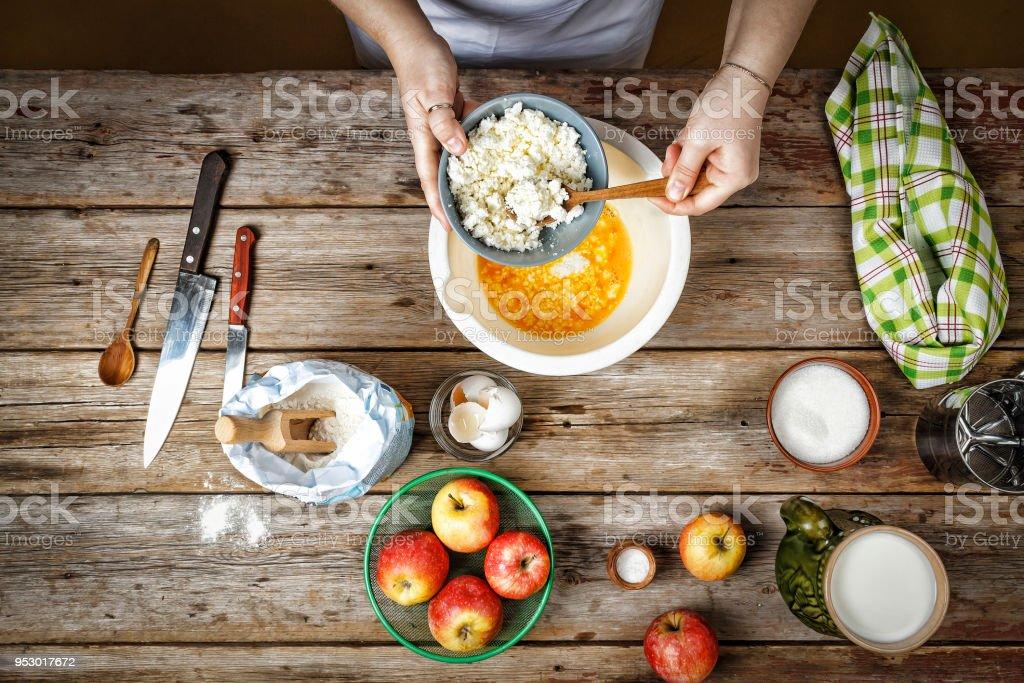 Cozinheira feminina, culinária, receita, recheio, baking, bolo, padaria, ingredientes - foto de acervo