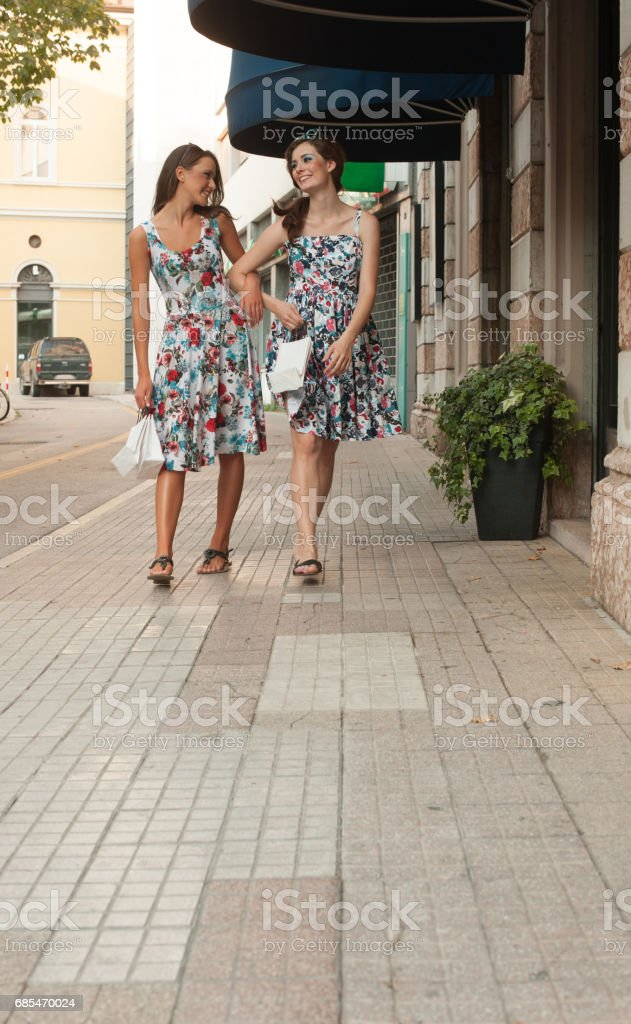 Female Couple after Shoping on Street in Italy foto de stock royalty-free