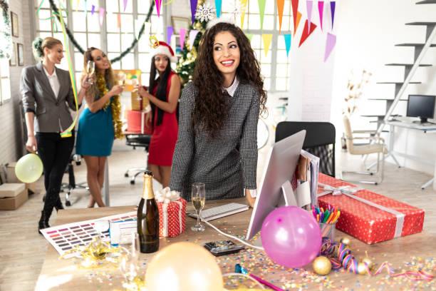 weiblichen mitarbeiter champagner trinken am arbeitsplatz - frohes neues jahr stock-fotos und bilder