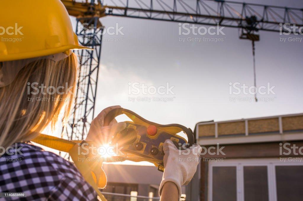 Operador De Grúa Mujer Trabajando En Una Terraza En La Obra