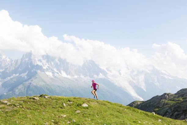 weiblichen cross country running in den bergen - französisch übungen stock-fotos und bilder