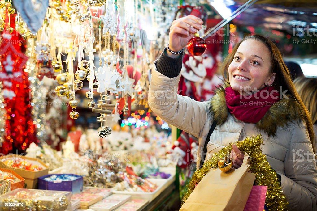 Hembra cliente en la Navidad foto de stock libre de derechos