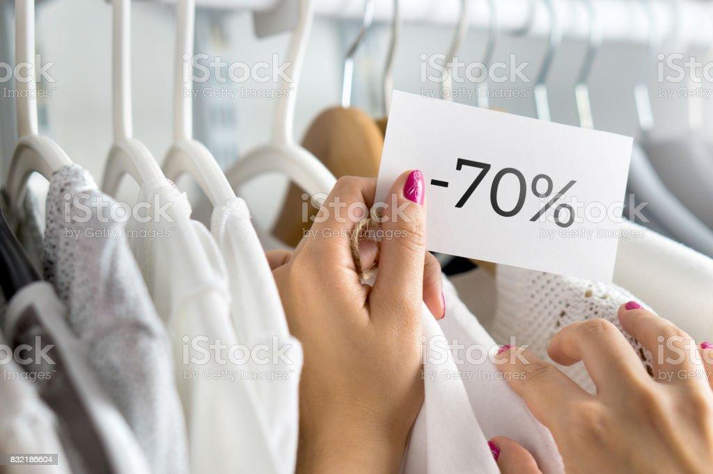 e6e0b715abb8c Clients femmes vêtements dans un magasin de navigation. Femme shopping pour  deal et offre de
