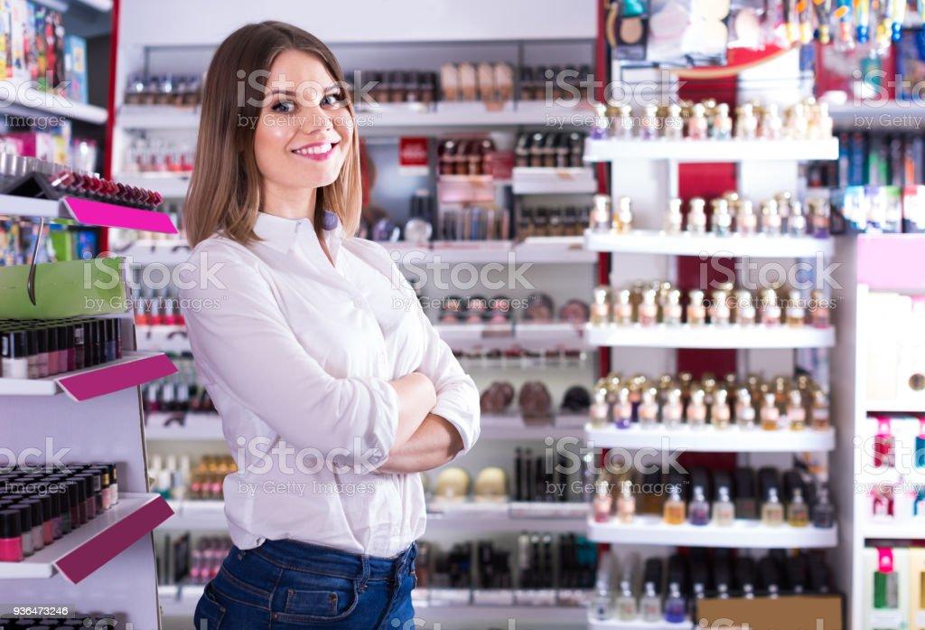 cliente feminino posando em loja de cosméticos - foto de acervo