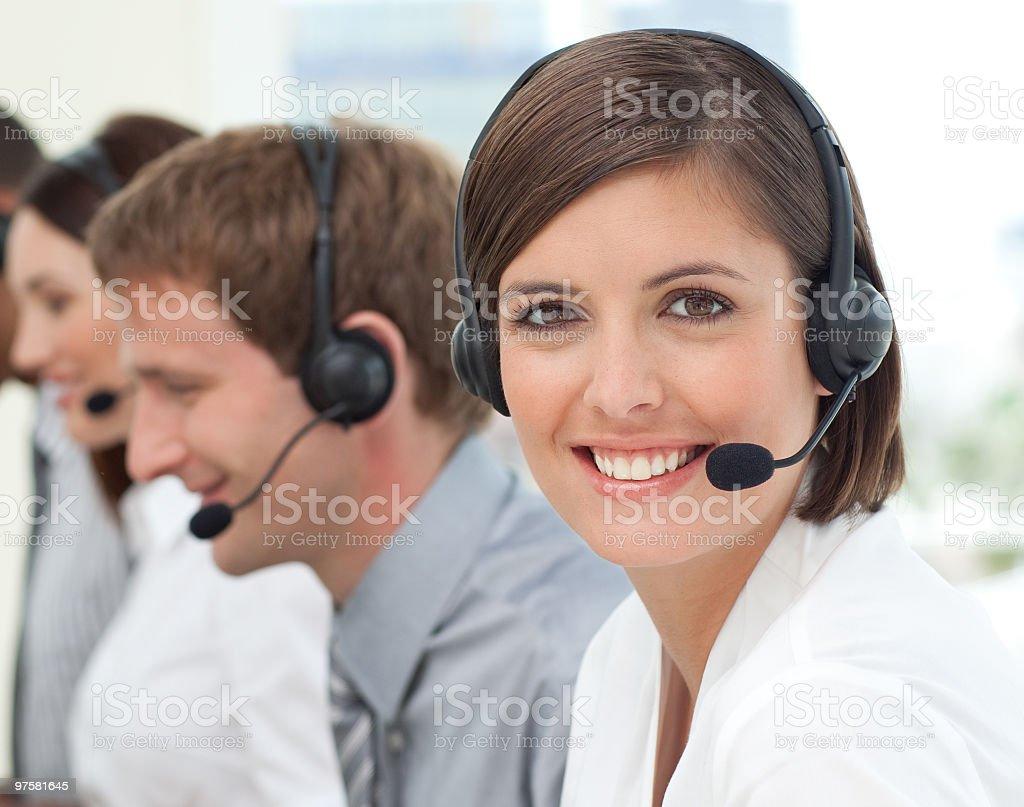 agent de service clientèle féminine dans un centre d'appels photo libre de droits