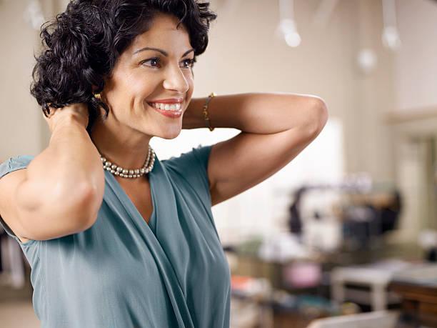 Weibliche Kunden anprobieren Perle Halskette in-shop – Foto