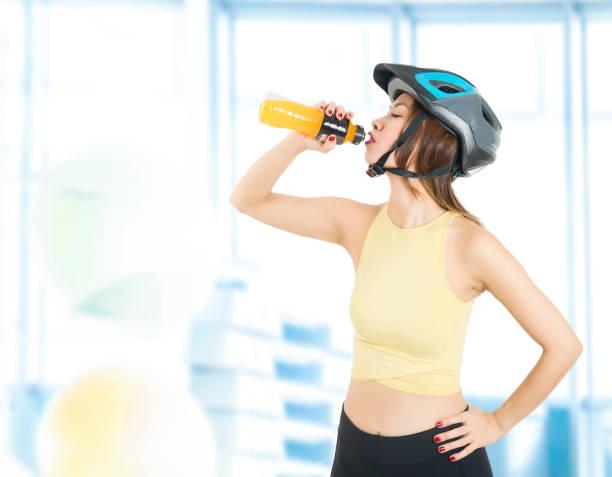 weibliche radfahrer trinkflasche der energy-drink - leitungswasser trinken stock-fotos und bilder