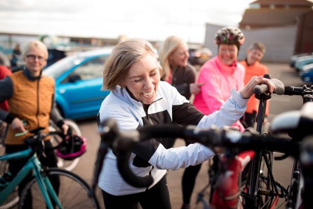 ciclistas femininos - girl power provérbio em inglês - fotografias e filmes do acervo
