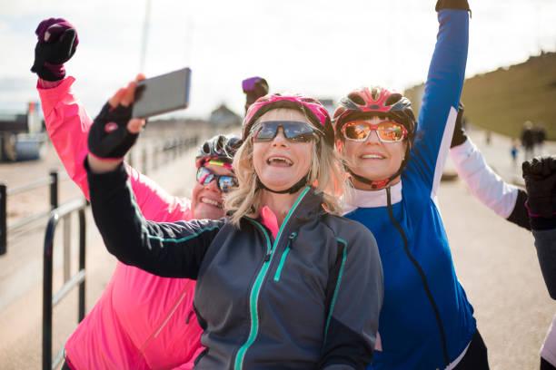 femininos ciclistas tomando um selfie - girl power provérbio em inglês - fotografias e filmes do acervo