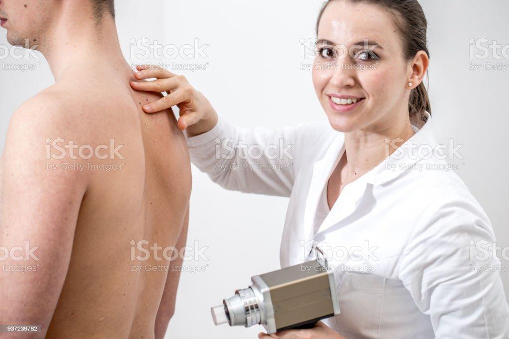 Fotografía de Dermatólogo Mujer Examen De Lunares En La Espalda Del ...