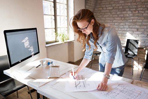 Diseñador De Mujer En La Oficina Trabajando En Proyecto De Arquitectos Foto de stock y más banco de imágenes de Adulto
