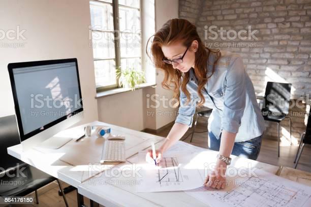 Vrouwelijke Ontwerper In Kantoor Werken Aan Architecten Project Stockfoto en meer beelden van Aan het werk
